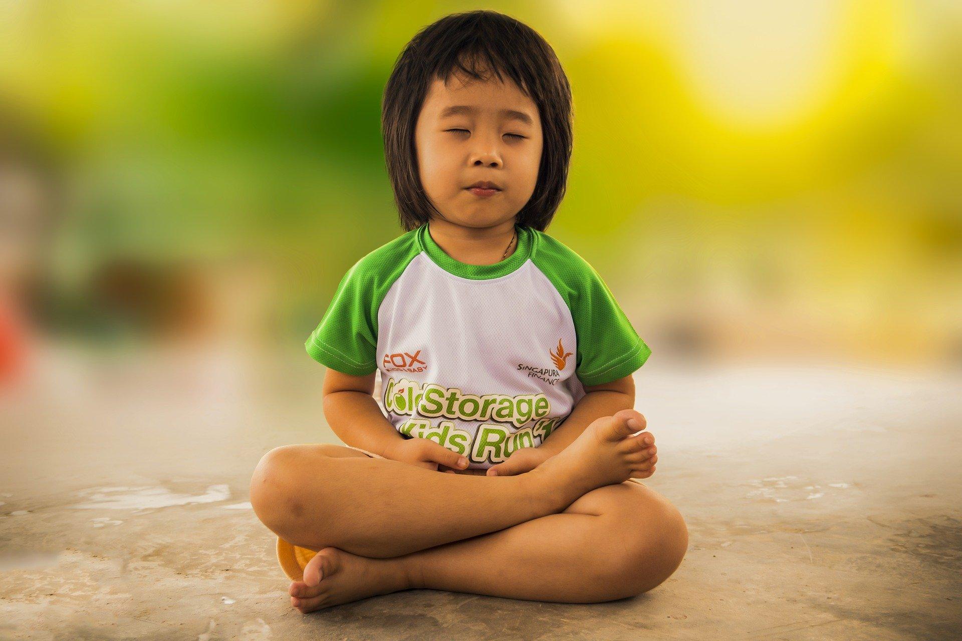 Gestire i bambini in casa durante la quarantena: fare yoga e meditare insieme